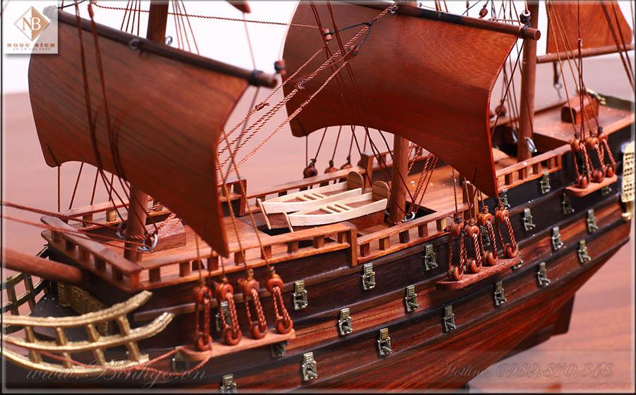 Tác phẩm thuận buồm xuôi gió làm bằng gỗ Trắc - Dùng để trên bàn làm việc