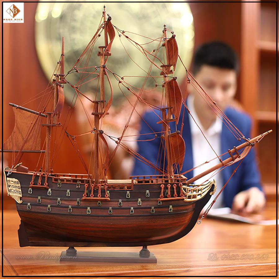Thuyền gỗ Phong Thủy để bàn làm việc